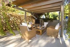 Een van de vele zithoeken om en bij Villa Ca'Paz. U kunt ín de zon, of uit de zon, er is ruimschoots keuze voor eenieder om een lekker plekje te vinden!