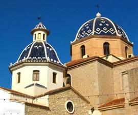 Het dorpje Altea is op nog geen 2 minuten rijden van Villa Ca'Paz. Een super charmant dorpje met smalle steegjes en trapjes die naar het kerkplein leiden. De vele restaurants, terrasjes en boutiques maken dit Mediterraanse dorp een ware parel aan de Costa Blanca!