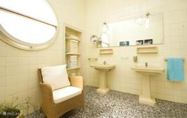 Eén van de 4 badkamers. Deze zeer ruime badkamer heeft 2 wastafels, bad/douche, bidet en toilet. De overige 3 badkamers hebben toilet, douche en wastafel.