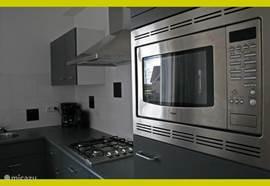 Compleet ingerichte keuken, voorzien van vaatwasser en combi-magnetron