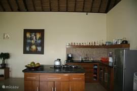Open keuken met kookeiland. Voorzien van espressomachine, koel-vriescombinatie, waterkoeler, blender, toaster ect.