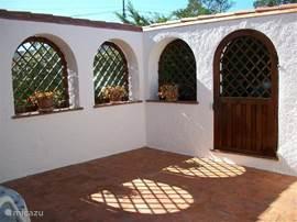 In de patio van 30m2 bevindt zich een tweede badkamer en een aparte wasgelegenheid met wasmachine. De patio is vanuit de woonkamer te bereiken. Tevens een heerlijke plek om de eerste zonnestralen te benutten!