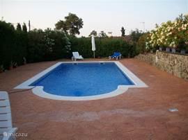 Het grote privé zwembad (11 x 5m), is omringd door de tuin, met totale privacy en rondom zonneterras en verlichting in de muur . Gelegen op eigen privéterrein van 1600m2.