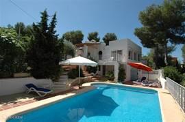 Villa Carasol met zwembad en zonneterrassen.