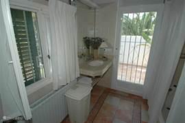 Badkamer 2 met bad