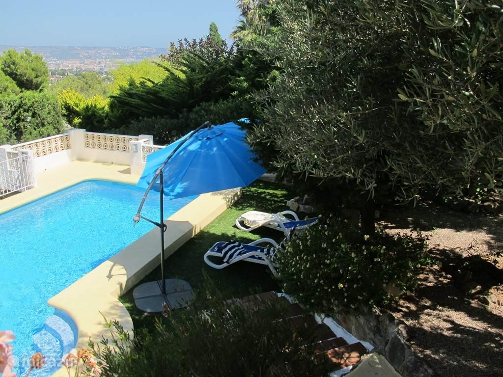 zwembad met uitzicht vanaf het terras