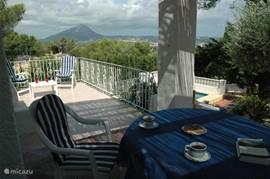 Terras met uitzicht op de baai en de berg Montgo