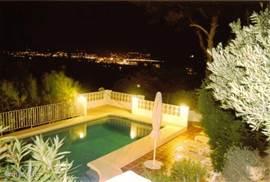 Zwembad met nachtelijk uitzicht over de baai