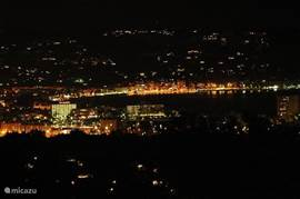 Uitzicht 's avonds vanaf het balkon.