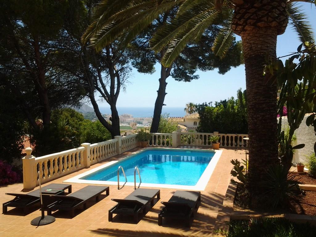 In prijs verlaagd van € 755 naar € 625 voor de week van 22 tot 29 oktober, compleet vakantiehuis met verwarmd zwembad en uitzicht over Moraira en zee.