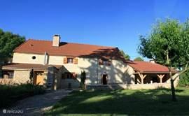 Schitterend vrij gelegen rustieke villa. Gelegen op ruim 3000m2 tuin midden in verstild gehucht in Bourgogne.