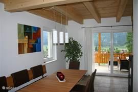 Comfortabele Oostenrijkse eethoek met openslaande tuindeuren naar het terras op de eerste verdieping