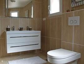 Een van de 3 luxe badkamers