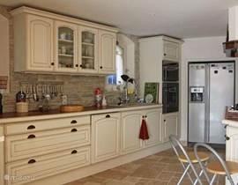 Goed uitgeruste keuken met alle apparatuur