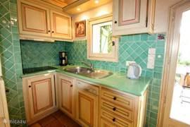 Keukenblok van DE STUDIO met openslaande deuren naar de voortuin