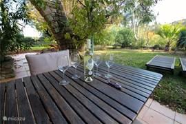 Een heerlijk flesje wijn van het huis wordt aan iedere huurder door de wijnboer aangeboden
