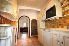 De keuken van de VILLA met doorkijkje naar de zitkamer
