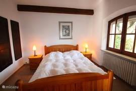 Slaapkamer 1 in de VILLA gelegen op de begane grond met vaste kastenwand en ram naar de zijtuin