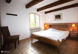 2e slaapkamer in de VILLA met zitje en vaste kastenwand. Hier kan eventueel een extra bed geplaatst worden