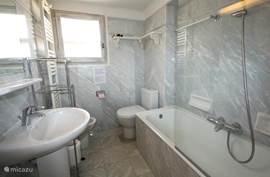 De 2e badkamer in de VILLA met ligbad, wastafel, bidet en toilet