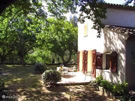 Zijtuin met terras van DE VILLA