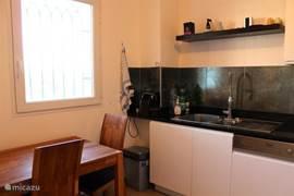 andere zijde van de keuken met kleine eettafel en raam aan de voorzijde