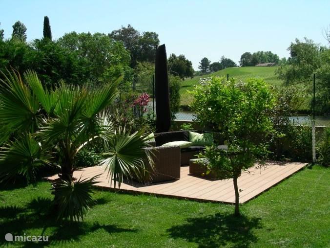 Heerlijk relaxen in deze lounge set achterin de tuin