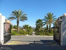Entree van Green Village met pad naar het zwembad en op de achtergrond het uitzicht naar Frejus en de Middellandse zee