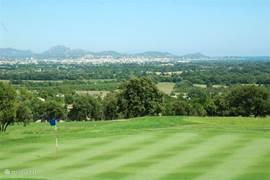 de golfbaan met fraai uitzicht naar St.Raphael en de zee