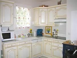 Goed ingerichte keuken met alle apparatuur
