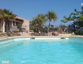 Zwembad met op de achtergrond het terras aan de eetkamer en fraai zeezicht!