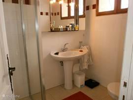 met eigen badkamer met douche, wastafel, toilet