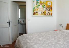 Slaapkamer 3 met deur naar de badkamer