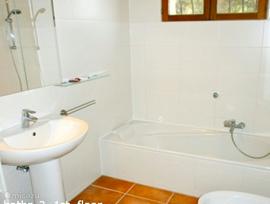 badkamer bij slaapkamer 3 met ligbad, wastafel, toilet maar ook met eigen douche.