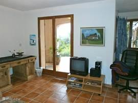 Tv en openslaande deuren in het studio appartement.