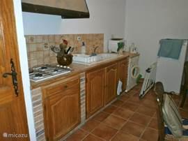 Keukenblok bij het studio appartement.