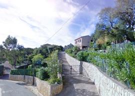 Dit is de oprit naar Villa des Garennes