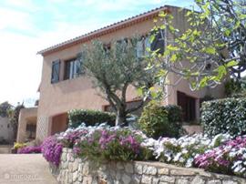 Oprit naar de Villa met op de begane grond het appartement en op de etage de woning. Door de schuinte van de heuvel kan je vanuit de eerste etage direct op de terrassen / tuin / zwembad komen.
