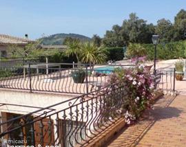 Balkon aan de woonkamer, doorlopend naar het terras met zwembad.