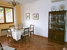 ...en hier de eetkamer met openslaande deuren naar het terras met zwembad en fraai zeezicht!