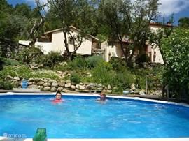 Zwembad met op de achtergrond Casa Pêra.