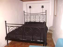 Op de begane grond staat het 2 persoonsbed met ernaast de badkamer. Via de slaapkamer komt u op het gezamenlijk terrras.