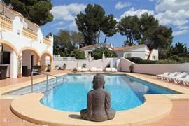 Grote luxe villa met 4 individuele appartementen. Groot terras met ligbedden, parasols en groot zwembad. Genieten! Voor 1 tot 24 personen.