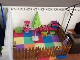 Een afgeschermd kinderspeelplaatsje.