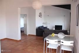 Open keuken met ruime woonkamer. (app.Ibiza)