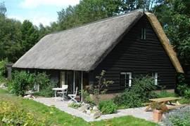 Het authentieke Drenthse huisje, opgebouwd uit stenen en hout met rietgedekte kap, openslaande deuren naar  het terras met picknicktafel. De omgeving rondom het landgoed is schitterend en het ontdekken waard. Wandelen, fietsen, golfen of een museum of boerderij bezoeken, het kan allemaal in de dire