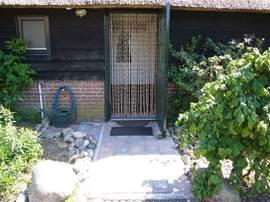 De ingang van het huis geeft toegang tot de hal met toilet, de eet- woonkamer en de slaapkamer(s).