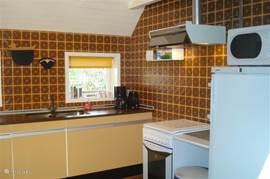 De aparte keuken is voorzien van hedendaagse apparatuur, w.o. een koffiezetapparaat, combimagnetron/oven en een vaatwasser. De wasmachine staat in de bijkeuken.