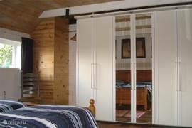 De linnenkast op de slaapkamer biedt ook voldoende ruimte voor kleding e.d.