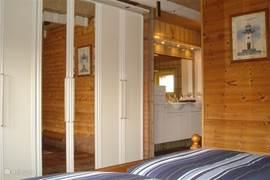 Deze slaapkamer grenst aan de badkamer.